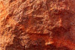 Rochlitzer Porphyr mit bossierter Oberfläche